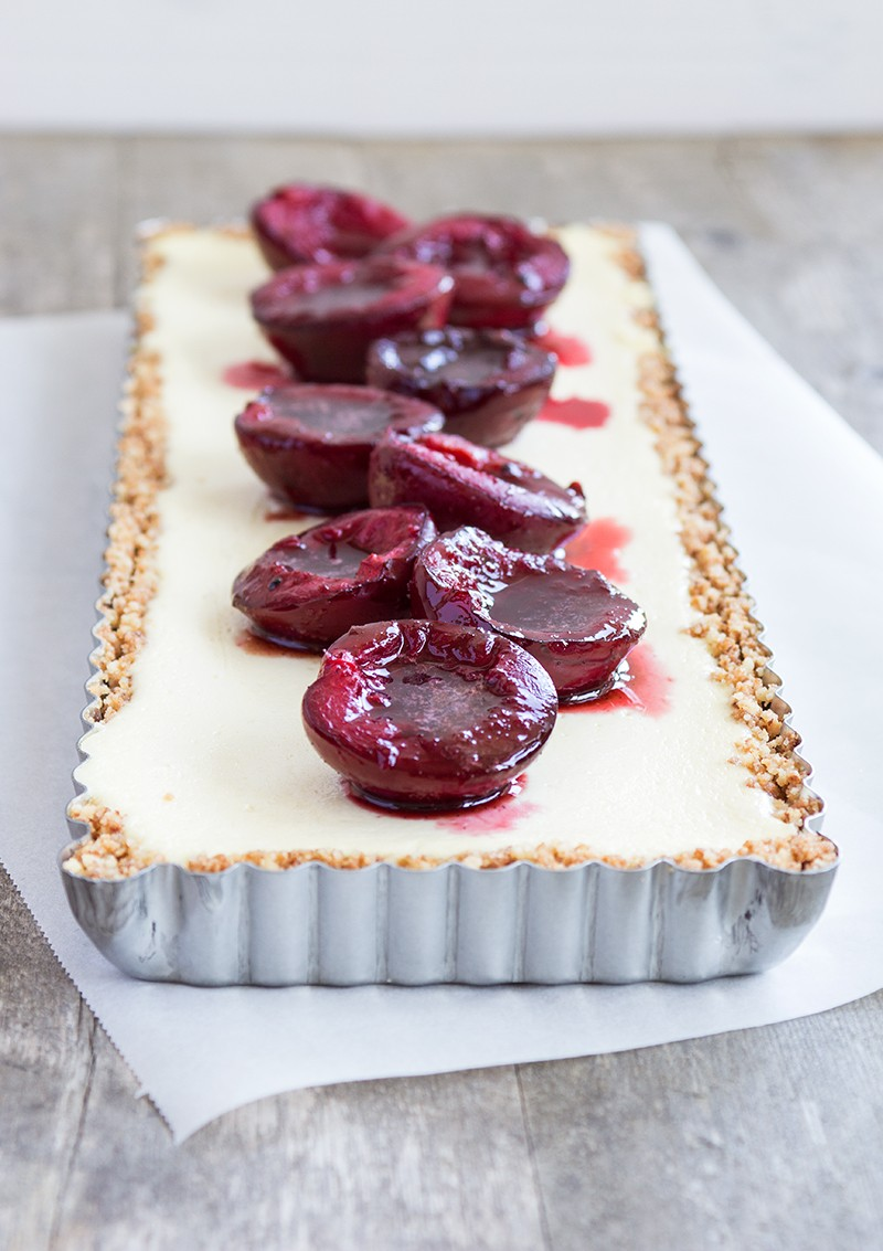 Ricottacheesecake-med-bakade-plommon1-800x1133
