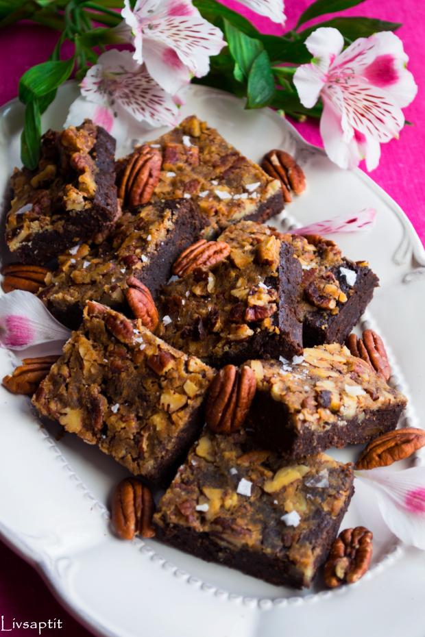 seg-kladdig-chokladbrownie-med-pumpa-toppad-med-lc3b6nnsirapspekantosca-recept-livsaptit-glutenfritt