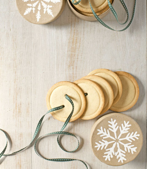 5578a9c23aca5-edible-gifts-sugar-cookie-buttons-1212-xln