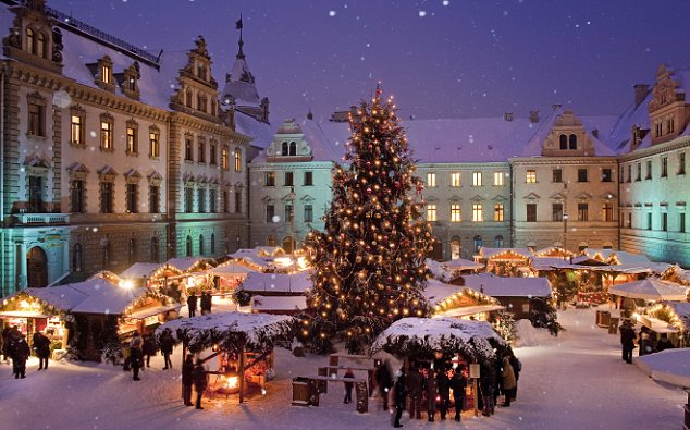 Christmas Market at the Palace of Thurn und Taxis in Regensburg, Upper Palatinate, Bavaria, Germany