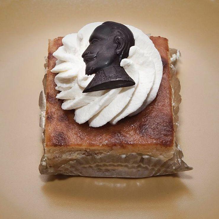 Fira Gustav Adolfsdagen med en bakelse